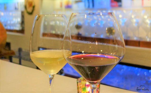 赤ワインと白ワインの入ったグラス