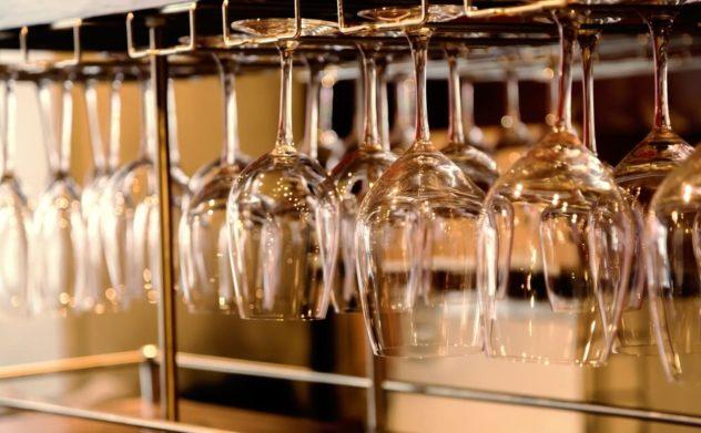 グラスハンガーにかけられたワイングラス