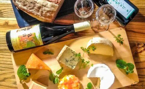 上から見たチーズとワインとパン・ド・カンパーニュ